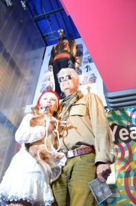 Penny de Jager en Ad Visser bij de onthulling van zijn Toppop 'outfit'  in een vitrine in Beeld en Geluid. Foto: Sander Lindenburg