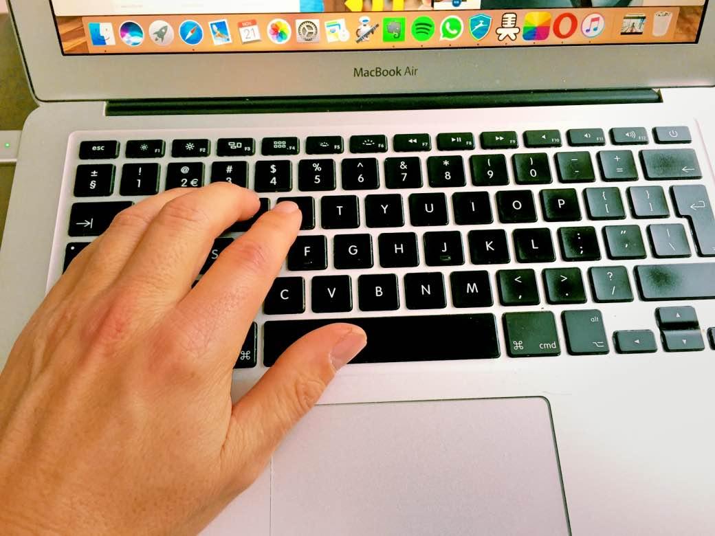 Typen op een computer. Foto: Elkedagvakantie