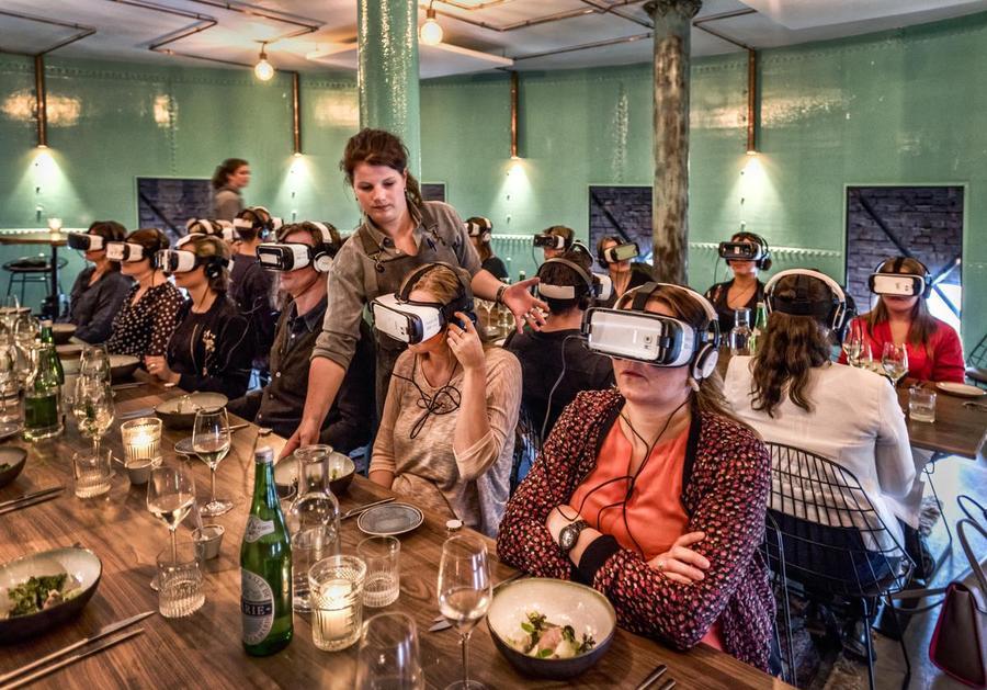 UITGAAN - Wat dacht je van VR Dining, schat? 1